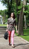 年轻女子在公园散步 — 图库照片