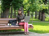 Mulher jovem, estudando em um parque — Fotografia Stock