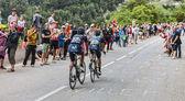 Cyclistes grimper l'alpe d'Huez — Photo