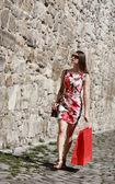 Mladá žena s nákupní taškou v ulici ve městě — Stock fotografie