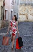 Jovem mulher com sacos de compras — Fotografia Stock
