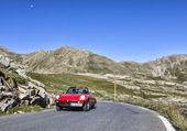 Vintage Car on the Highest Road in Europe — Stock Photo
