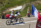 COL DE VAL LOURON-AZET, FRANCE, JULY 07, 2013: amateur cyclist couple — Stock Photo