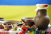Ukrajinská nádobí položila na stůl v tradičním stylu — Stock fotografie