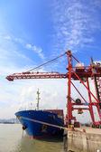 Portacontenedores atracados en un puerto — Foto de Stock