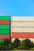 Stapel von frachtcontainern in ein bahnumschlagsanlage — Stockfoto