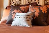 Escenario de habitación de hotel de lujo con cama y almohadas. — Foto de Stock