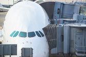 Jetway bruggen en vliegtuig wachten boarding — Stockfoto