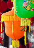 Färgglada kinesiska papperslyktor hängande i en gatan martket — Stockfoto