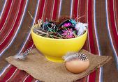 Uova di pasqua dipinte nero giallo paglia piatto di minestra — Foto Stock