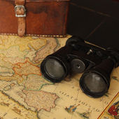 Ancient map and binoculars — Stock Photo