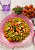 Green tagliatelle with fresh salmon and tomatoes — Stock Photo