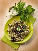 Pasta casarecci con ricotta y aceituna negra, heallthy alimentos — Foto de Stock