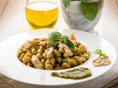 Pasta with pesto sauce and chicken breast, healthy food — Stock Photo