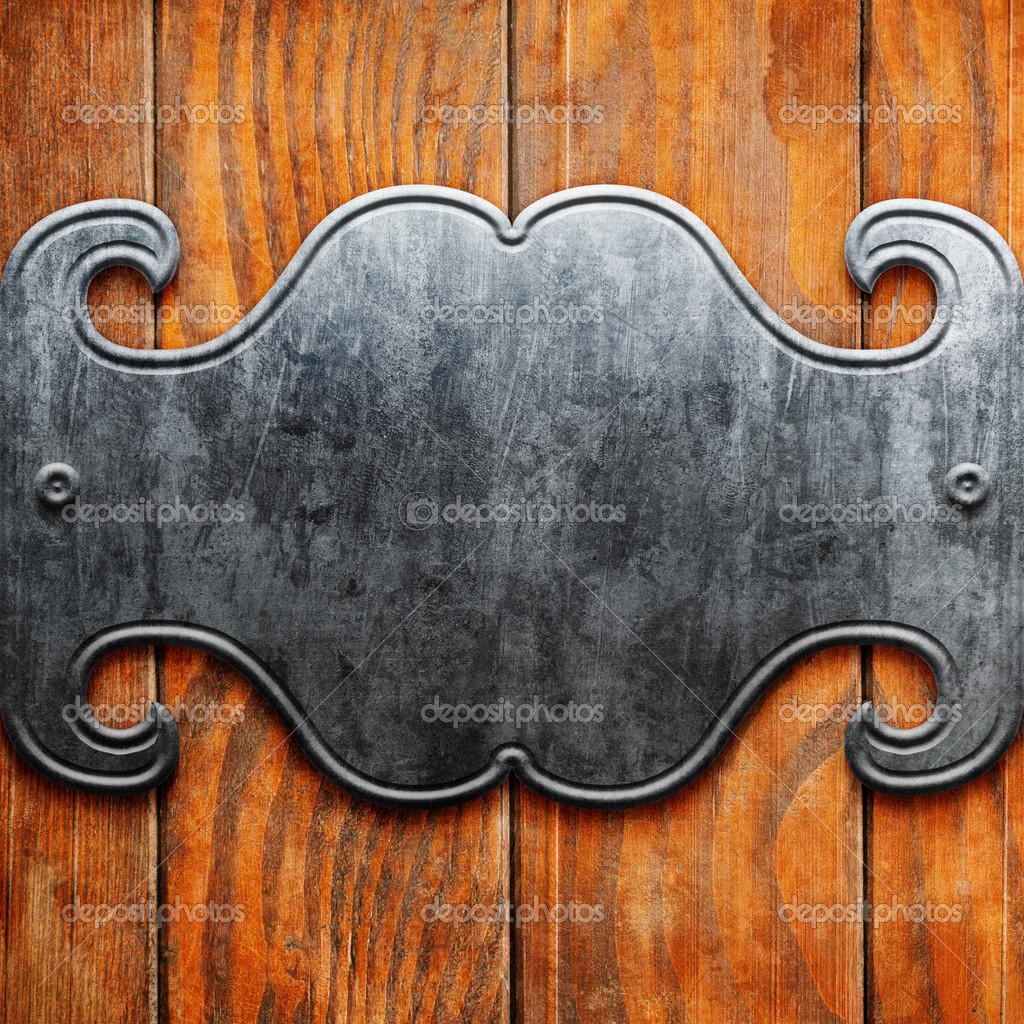 老式旧木板上的金属招牌