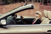 Jonge vrouw besturen van een auto — Stockfoto