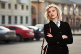 Giovane donna che cammina sulla strada — Foto Stock