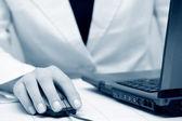 Kvinnliga händer med laptop — Stockfoto