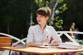 Donna d'affari di giovani in un caffè del marciapiede — Foto Stock