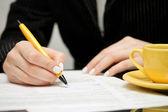 Zakenvrouw ondertekening contract — Stockfoto