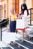 Due giovani donne con borse della spesa — Foto Stock