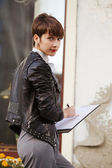 Joven empresaria sosteniendo un portapapeles — Foto de Stock