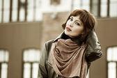 Piękna młoda kobieta na ulicy miasta — Zdjęcie stockowe