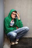 在抽着烟的大萧条中的年轻人 — 图库照片