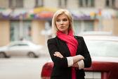 Mulher jovem caminhando na rua da cidade — Foto Stock