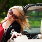 jonge blonde vrouw met een converteerbare auto — Stockfoto
