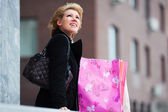 Young woman with shopping bags — Stockfoto