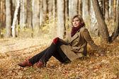 Joven rubia en bosque otoñal — Foto de Stock