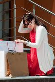 Alışveriş torbaları adımlar üzerinde olan kadın. — Stok fotoğraf