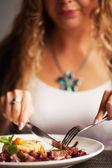 女性開き手左右レストランでのディナー — ストック写真