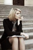 Ung affärskvinna med bärbar dator. — Stockfoto