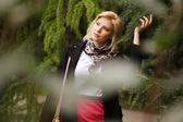Glad ung kvinna gå i höst park — Stockfoto