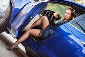 Kobieta w samochodzie sportowym — Zdjęcie stockowe