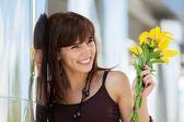 Felice giovane donna con fiori — Foto Stock