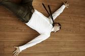 Yuong uomo disperato sdraiato sul pavimento — Foto Stock