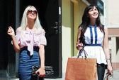 Iki mutlu genç kadınlar alışveriş — Stok fotoğraf