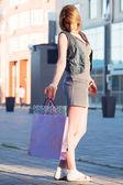 Giovane donna con borse della spesa — Foto Stock