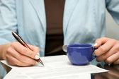 Business woman signing contract — Stockfoto