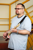 Man playing his three string cigar box guitar — Stockfoto