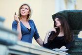 Zwei junge weibliche studenten auf dem campus — Stockfoto