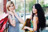Dwóch młodych kobiet z torby na zakupy — Zdjęcie stockowe