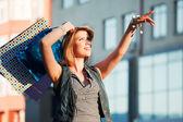 Młoda kobieta z torby na zakupy — Zdjęcie stockowe
