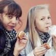 Girls eating burgers — Stock Photo