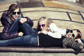 Girls relaxing on a city street — Stock Photo