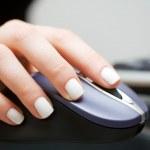 ręka trzyma myszy komputerowej — Zdjęcie stockowe #42064675