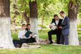 Young business people in a city park — Foto de Stock